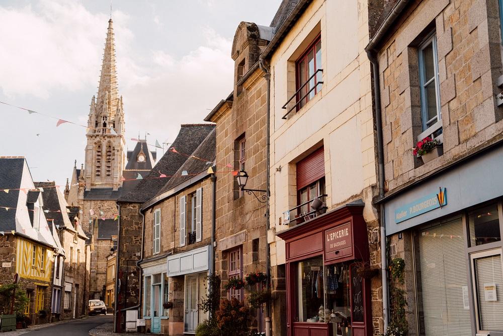 Rue de l'église de Bazouges-la-Pérouse