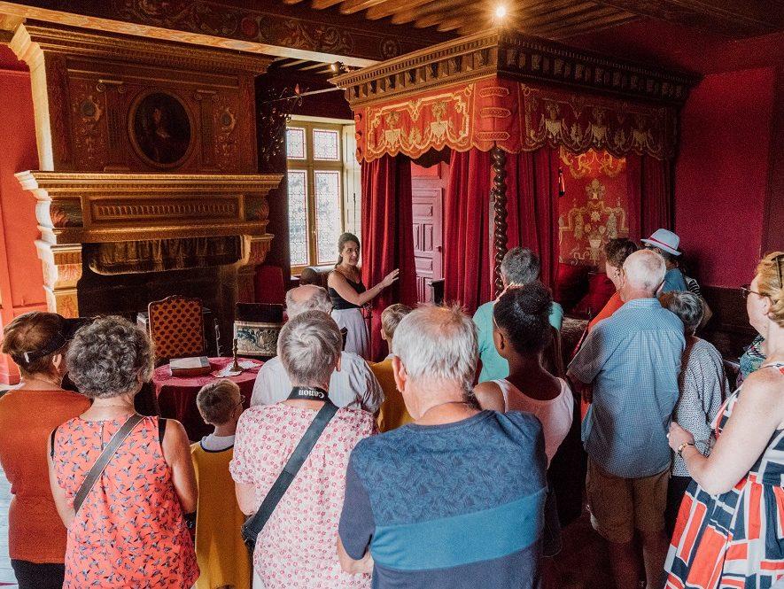 Groupe visitant une chambre du Rocher Portail