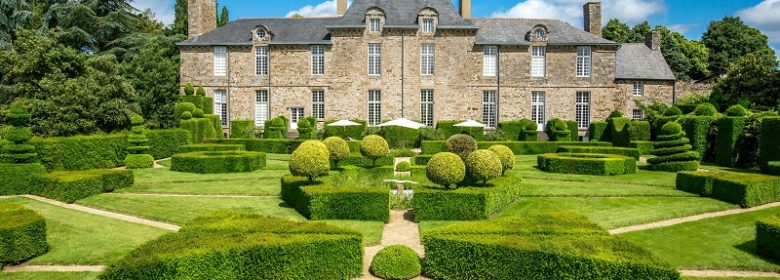 Façade du château de la Ballue et son jardin régulier