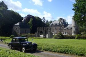 Voiture-ancienne-devant-le-château-de-La-Haye